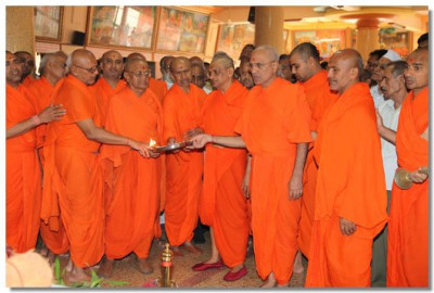 Acharya Swamishree and sants perform aarti