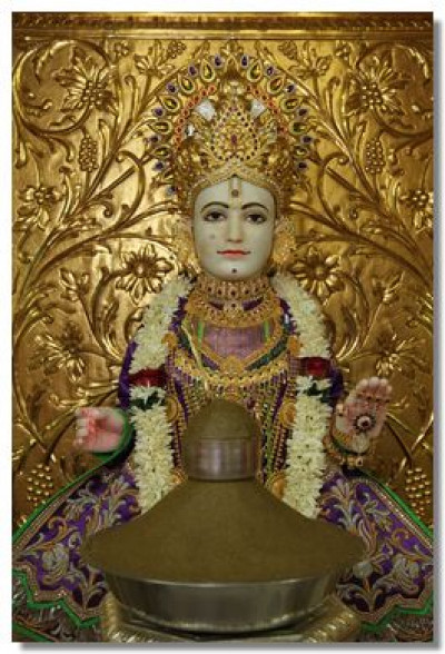 Lord Swaminarayan gives darshan in Maninagar mandir
