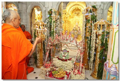 At 10pm, Acharya Swamishree performed the pragatya aarti