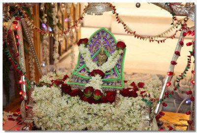 Divine darshan of Shree Harikrishna Maharaj on a swing