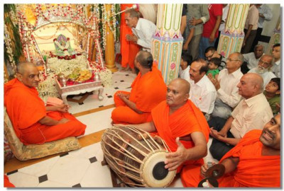 Sants and disciples perform utsav