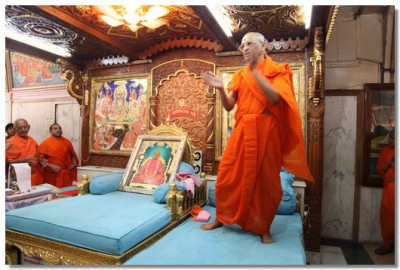 Acharya Swamishree gives darshan during the 24 hour dhoon