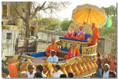 Jeevanpran Swamibapa and Acharya Swamishree give darshan on the chariot