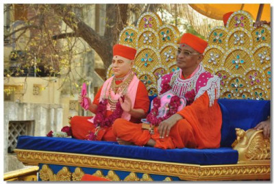 Divine darshan of Jeevanpran Swamiapa and Acharya Swamishree