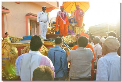 Acharya Swamishree gives darshan on the chariot