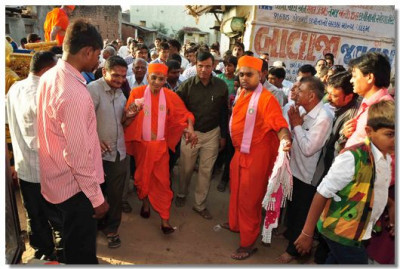 Acharya Swamishree arrives at the mandir