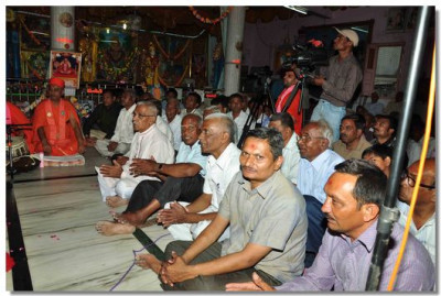 Disciples and people of Bakrol listen to Acharya Swamishree's ashirwad