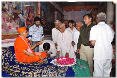 Acharya Swamishree blesses the disciples of Bakrol