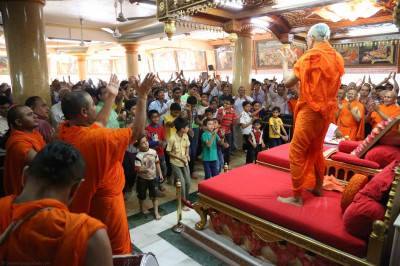 Hundreds of disciples perform dhoon