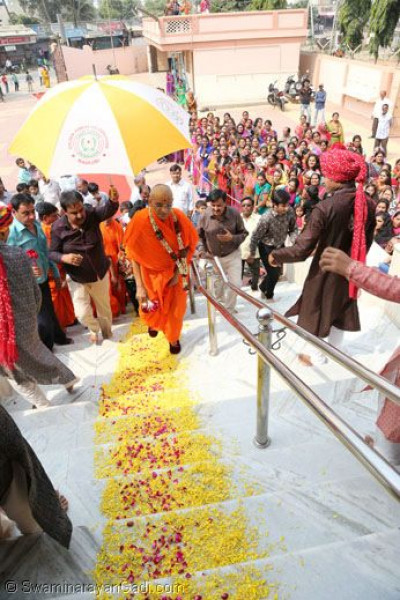 Acharya Swamishree arrives at Bavla Mandir