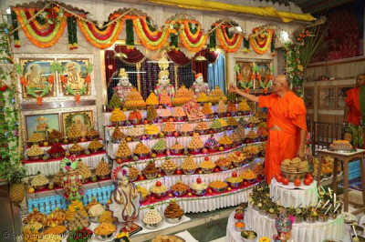 Acharya Swamishree offers prasad to the Lord