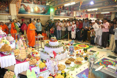 Disciples perform annakut aarti