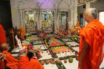 Acharya Swamishree performs annakut aarti in Kadi