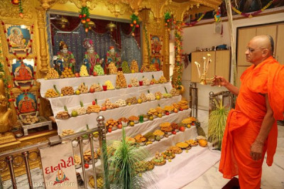 Acharya Swamishree performs annakut aarti in Sanand
