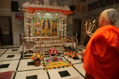 Acharya Swamishree performs annakut aarti in Sanand ladies mandir
