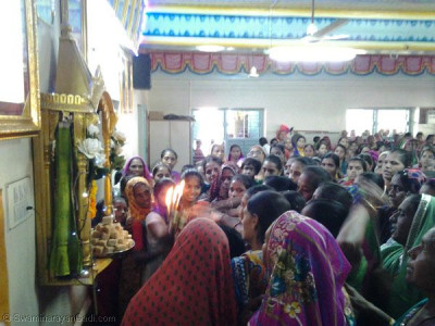 Ladies perform aarti