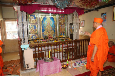 Acharya Swamishree performs annakut aarti in Ladies Mandir