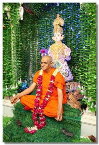 Divine darshan of Acharya Swamishree and Lord Swaminarayan