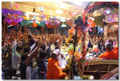 Acharya Swamishree gives darshan during evening performances