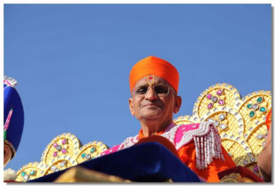 Acharya Swamishree gives darshan at the start of a procession in Kadi