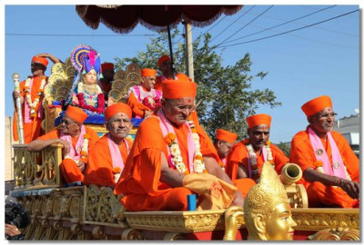 Lord Swaminarayan, Acharya Swamishree and sants on a chariot