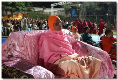 Acharya Swamishree gives darshan during the Bhakti Nrutya performances in the evening