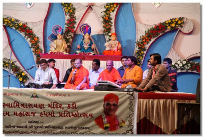 Sants and disciples perform kirtans