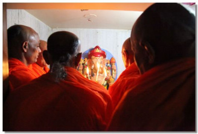 Acharya Swamishree performs aarti to Shree Ganpatiji
