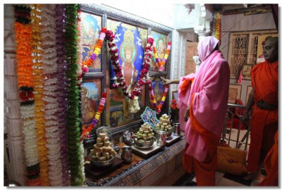Acharya Swamishree performs the patotsav ceremony in the Ladies Temple
