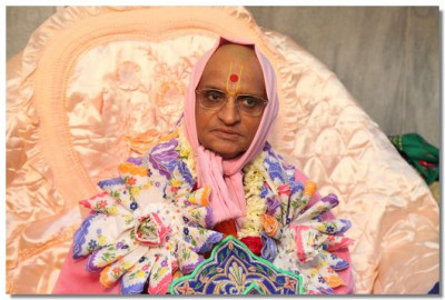 Divine darshan of Acharya Swamishree with a garland made of handkerchiefs