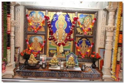 Dvine darshan of the Murtis in the Ladies temple