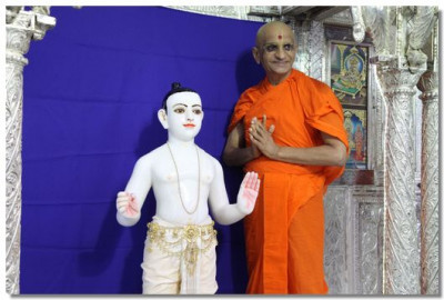 Lord Swaminarayan and Acharya Swamishree give their darshan