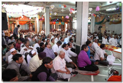 Hundreds of disciples listen to Acharya Swamishree's ashirwad
