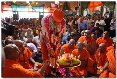 Acharya Swamishree cuts the celebrations cake