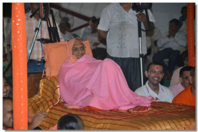 Acharya Swamishree gives darshan during the performances