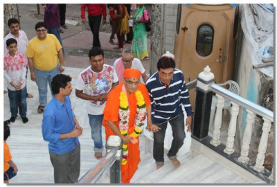 Acharya Swamishree Maharaj arrives at Shree Swaminarayan Mandir Mumbai