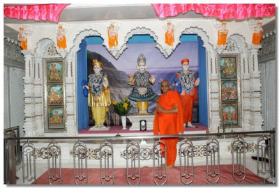 Divine darshan of Lord Swaminarayanbapa Swamibapa and Acharya Swamishree Maharaj