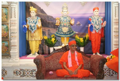Acharya Swamishree Maharaj gives darshan in Mandir
