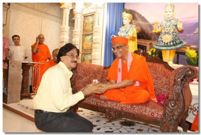 Shree Kundan Vyas, editor of Janmabhumi, receives a memento from Acharya Swamishree Maharaj