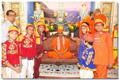 Acharya Swamishree gives darshan to performers
