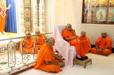 Acharya Swamishree gives darshan during the shibir