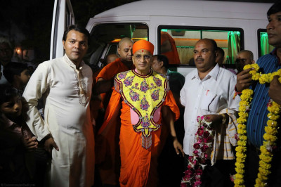 Acharya Swamishree arrives at the ground