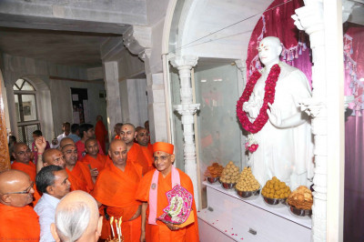 Sants and disciples perform aarti to the murtis