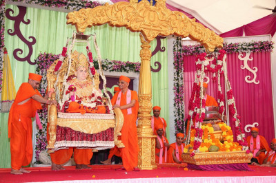 Divine darshan of Jeevanpran Swamibapa on the weighing scale