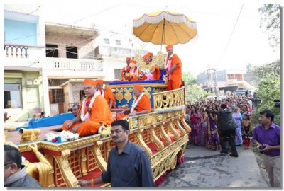 A procession through the city of Swaminarayan Palli
