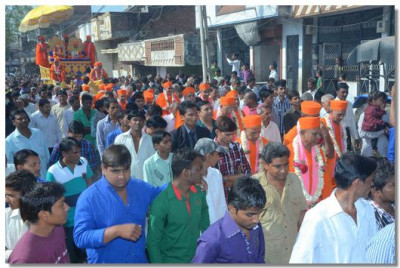The procession through the city centre of Swaminarayan Palli