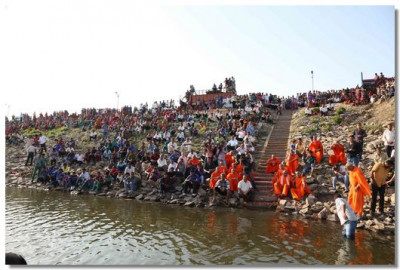 Hundreds of sants and disciples watched from the bank of the dam