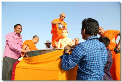 Acharya Swamishree commences the snan