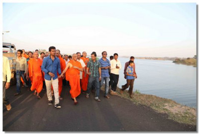 Acharya Swamishree and disciples walk to a resort