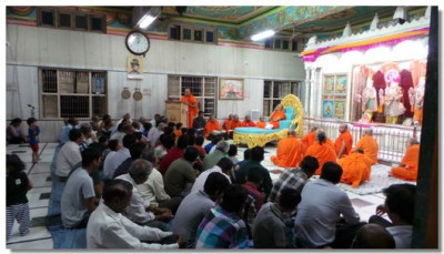 Acharya Swamishree, sants and disciples gathered for an evening of speeches by young disciples